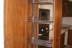 Výsuvná-potravinová-skříň-